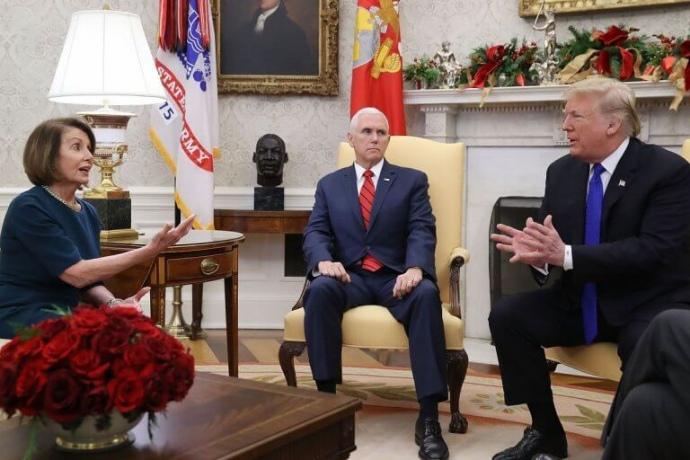 Ненсі Пелосі, Майк Пенс та Дональд Трамп ( зліва направо),